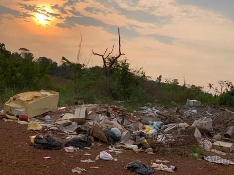 Associação de moradores realiza mutirão de limpeza no ramal Niterói, próximo a Porto Velho
