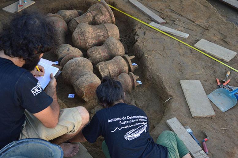 No Brasil, essa foi uma das primeiras vezes em que urnas foram desenterradas diretamente do solo - crédito Arquivo GP Arqueologia_Instituto Mamirauá