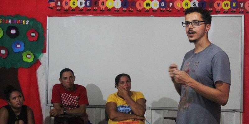 Pesquisadores apresentaram esboço de plano educativo a professores das comunidades (Foto: Mariana Cassino)