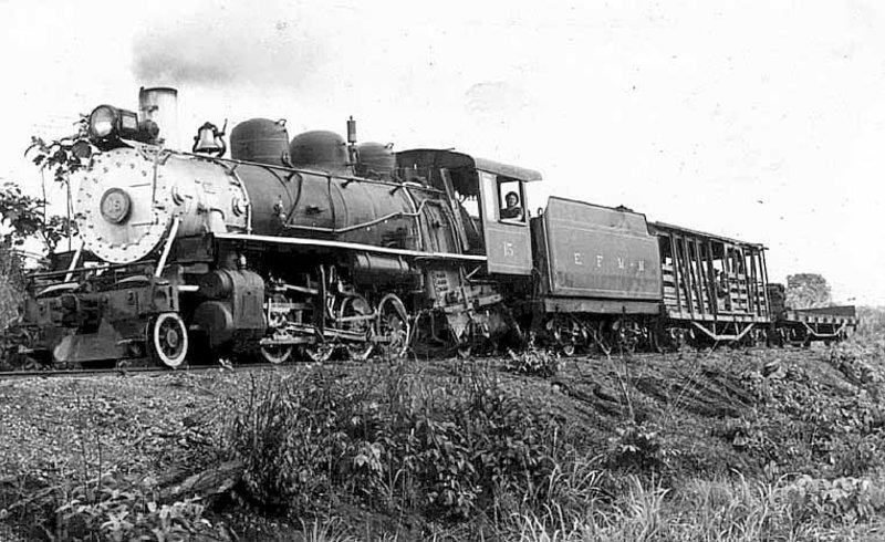 Locomotiva alemã 15 está em Porto Velho e não funciona. Foi maquiada. Classificação: White/Alemã: 2.8.2/1D1. Nome: Mikado. Fabricação: L. Schwartzkopff Berliner Maschinenbau-Actien-Gesellschaft (L. Schwartzkopff Construtora Berlinense de Máquinas Sociedade de Ações)