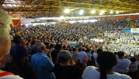 Tudo nas mãos da Trindade: Celebração de encerramento lota ginásio do Moringão
