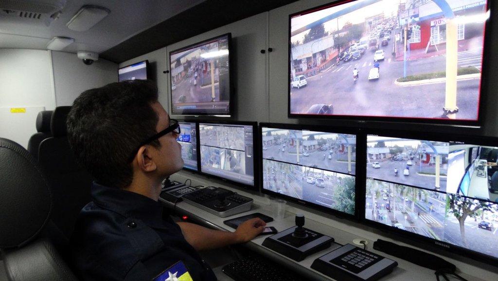 Profissional atento aos movimentos registrados por meio das câmeras de segurança - Gente de Opinião