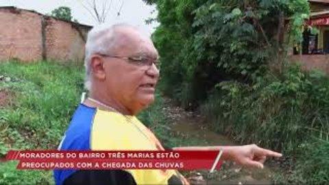 Lixo nos bueiros preocupa moradores do bairro Três Marias (VÍDEO)