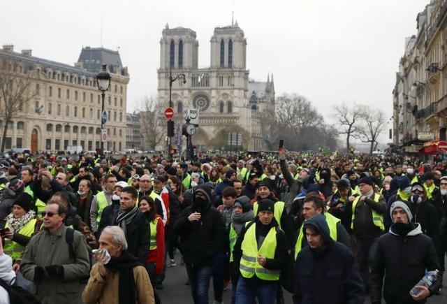 Manifestantes vestindo coletes amarelos ocuparam ruas de Paris e protestaram contra o governo  (Gonzalo Fuentes/Reuters/Direitos reservados) - Gente de Opinião