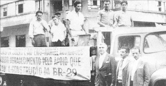 Ao lado da faixa os jornalistas Manoel Rodrigues Ferreira e Euro Tourinho. Ao centro o funcionário público Walter Bártolo  - Gente de Opinião