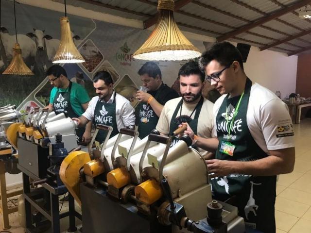 Especialista em Q Robusta Grader analisam amostra de café - Gente de Opinião