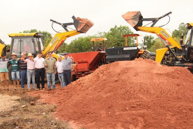 Entrega e aplicação do calcário teve a presença do prefeito e do secretário de agricultura - Gente de Opinião