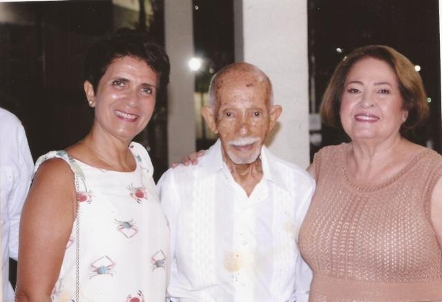 Euro Tourinho, tendo à esquerda sua nora, a professora doutora, Berenice Tourinho e à direita, eu, Yêdda, no dia 29 de junho de 2019 – Comemoração dos meus 80 anos. - Gente de Opinião