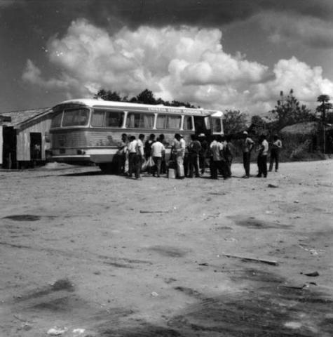 Depois de uma viagem perigosa do norte do Paraná colonos chegam a Cacoal, em busca de terras, com medo de malária e índios - Gente de Opinião