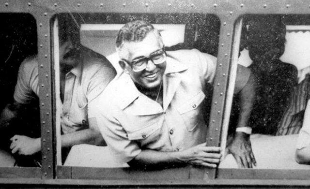 """JORGE TEIXEIRA DE OLIVEIRA, e de maio de 1981, consegue colocar o trem para funcionar, naquela viagem antológica, a ferrovia Madeira-Mamoré, """"primeiro esses 25 km de um lado Porto Velho do outro extremo, de Guajará Mirim, é só o Começo, trem vai voltar a percorrer os 366 km."""" Disse mais naquele Momento: """"Lutarei sobre minha PALAVRA DE HONRA, que tão logo Rondônia vire Estado, os filhos daqui desta terra, hão de dirigir essa terra bendita..."""" Não contava Teixeira armava-se uma traição contra aqueles seus ideais objetivavam anular o povo de Rondônia. Foto: R; Machado - Gente de Opinião"""