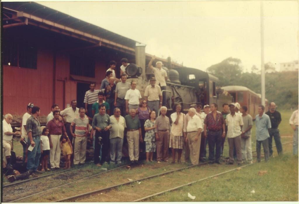 EM 1995 - Especialmente para TV Alemã, ESSES SENHORES HERÓIS, FERROVIÁRIOS, PESSOAS SIMPLES DO POVO, tiveram uma nobre missão, tivemos a honra de ter participado desse momento de resgate das raízes desta terra, Rondônia, tiveram de volta a ferrovia Madeira Mamoré. A Associação de Amigos da Madeira Mamoré - AMMA em respeito a esses heróis, não estão mais aqui, que enfrenta barreiras quase intransponíveis, ao pedir para cumprir a Lei, a constituição de Rondônia, fere interesses de grupos GANGSTER, MAFIOSOS, que aparelharam as instituições honradas, de meio ambiente... e?... Foto de EVANDRO LOPES. - Gente de Opinião