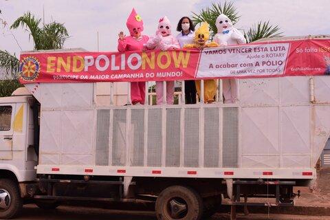 Zé Gotinha faz carreata em Rolim de Moura para chamar atenção dos pais para vacinação contra paralisia infantil