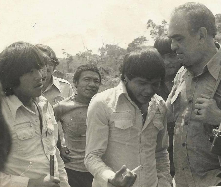 Presidente da Funai Ademar Ribeiro da Silva é recebido por Itabira e Idiaraga no Posto 7 de Setembro, em 1977 [Foto Montezuma Cruz] - Gente de Opinião