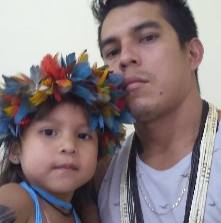 Hgaibiten com a filha: compromisso com o resgate da história de seu povo [Foto Álbum de Família no Facebook]. - Gente de Opinião