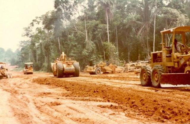 Tratores abrem uma estrada no interior do município de Ariquemes no início dos anos 1980; estado começava a crescer - Gente de Opinião