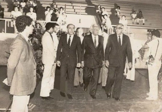 Abi Ackel, Andreazza e Teixeirão entram no Ginásio Cláudio Coutinho para a promulgação da Constituição do Estado - Gente de Opinião