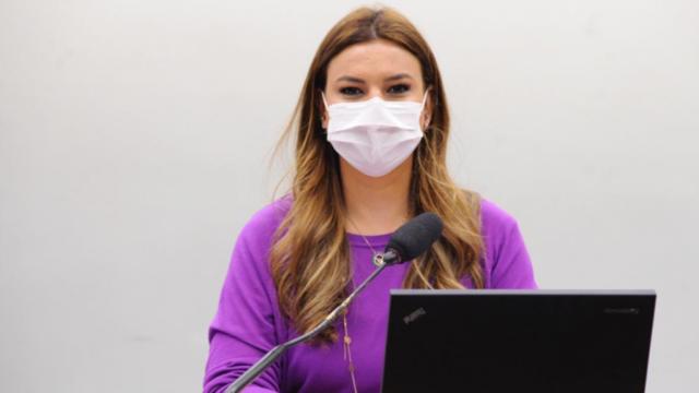 """""""Não podemos estar de lado a ou b. O que queremos são vacinas seguras, eficazes e de qualidade comprovada"""", afirma a Deputada. - Gente de Opinião"""