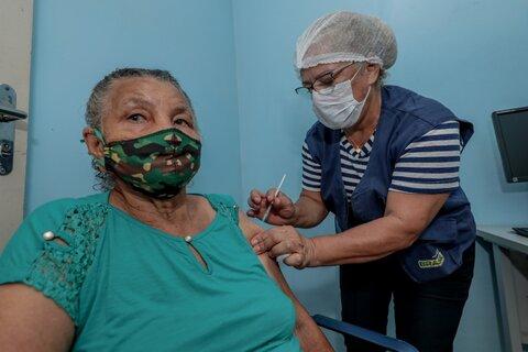 Idosos e profissionais de saúde do Baixo Madeira são vacinados