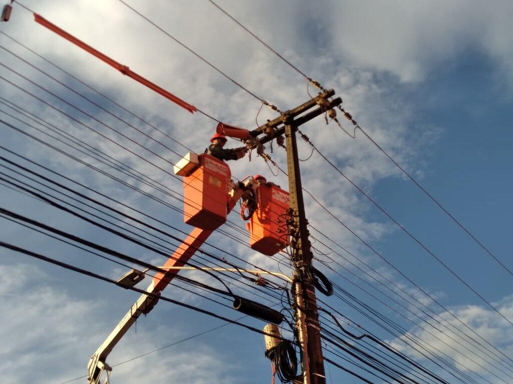 Eletricistas fazendo manutenção com Linha Viva - Gente de Opinião