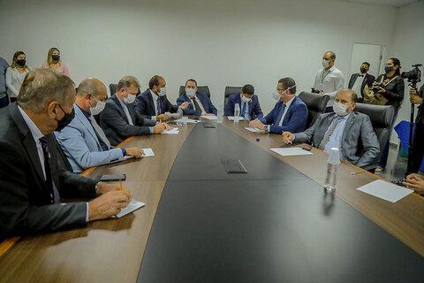 Deputados estaduais se reúnem com o governador Marcos Rocha, que anuncia o programa Tchau Poeira