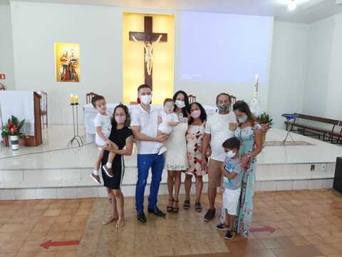 Na Sagrada Família, duas crianças foram batizadas na volta à celebração da Missa presencial neste domingo