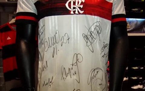 """""""Luz do Alvorecer"""" faz promoção com a camisa oficial do Flamengo , autografada pelos seus craques"""