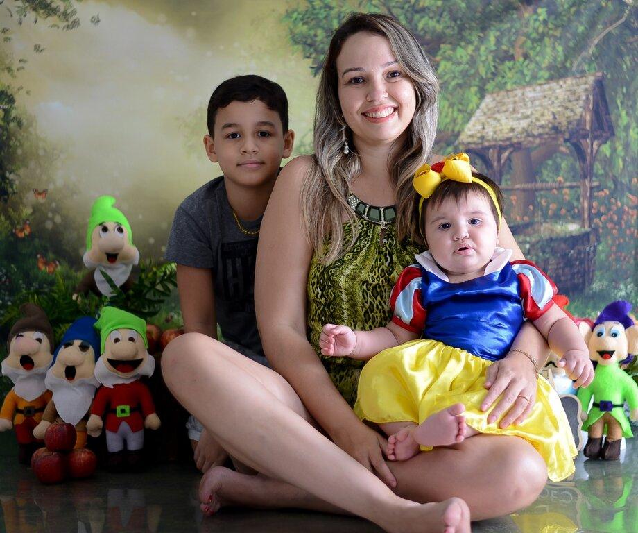 A policial militar, Ádria Pinheiro dos Santos, com os dois filhos,um de oito anos e outra de 10 meses - Gente de Opinião
