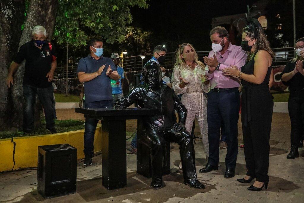 Prefeitura inaugura estátua em homenagem a Manelão, da Banda do Vai Quem Quer - Gente de Opinião
