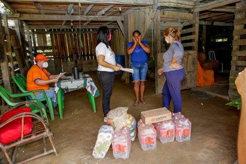 Governo entrega cestas básicas, água e kit de higiene pessoal a famílias atingidas pela cheia do rio Madeira