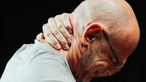 Dor no pescoço pode indicar hérnia de disco na cervical