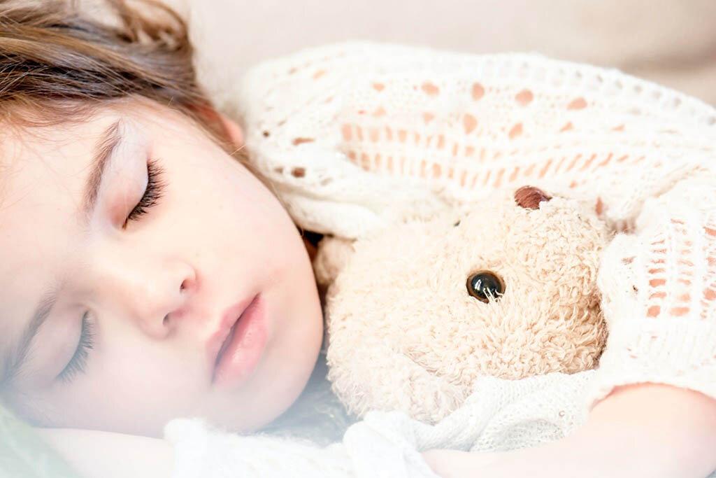 Legenda: Uma boa noite de sono é fundamental para o desenvolvimento infantil / Autor: Snapwire / Fonte: Pexels / https://www.pexels.com/photo/girl-sleeping-with-her-brown-plush-toy-101523/  - Gente de Opinião