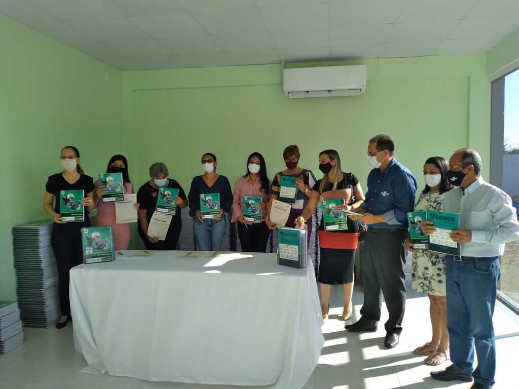 Instituto Sicoob e Sebrae continuam a entrega de kits de reforço escolar - Gente de Opinião
