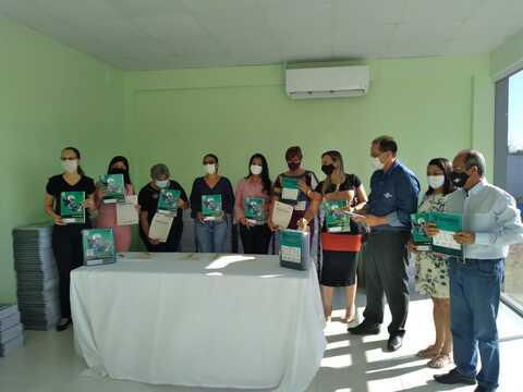 Instituto Sicoob e Sebrae continuam a entrega de kits de reforço escolar