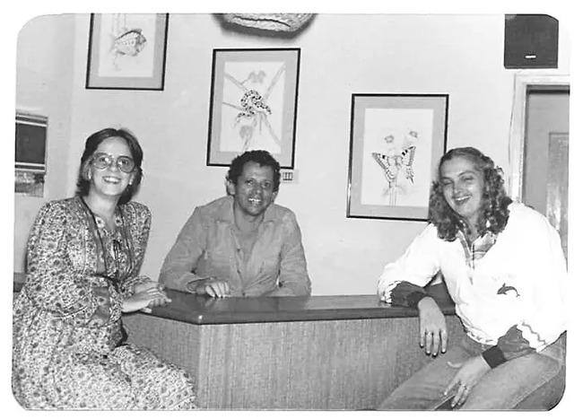 """Macalé com suas principais administradoras, Marilene Gusmão (E) e Heloisa Helena, """"trocando figurinha"""" no escritório do Bangalô (F. acervo Anísio Gorayeb) - Gente de Opinião"""