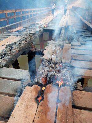 População se revolta e coloca fogo em ponte de madeira de União Bandeirantes
