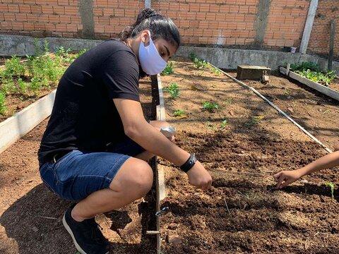 Águas de Ariquemes entrega horta comunitária no bairro Mutirão