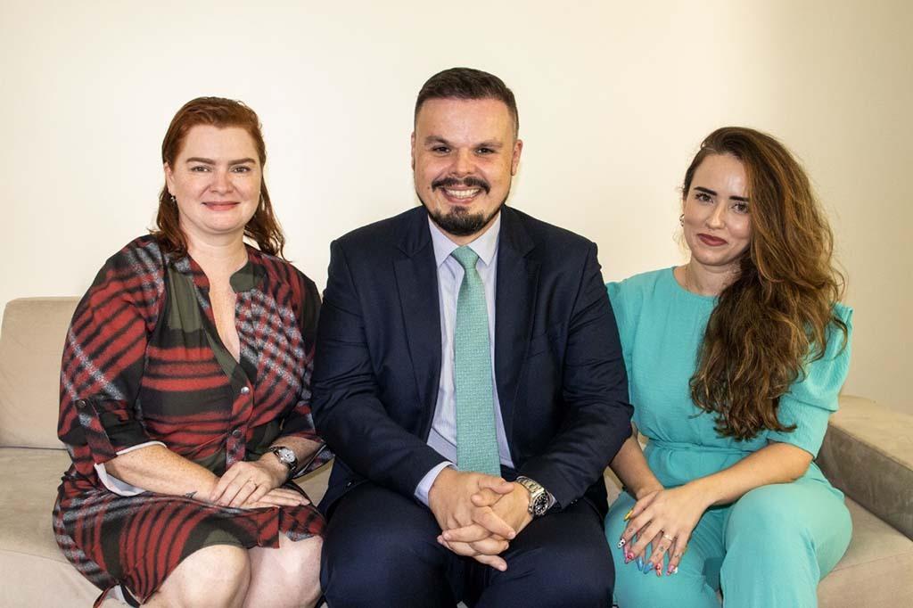Márcio Nogueira, pré-candidato a presidente da OAB/RO, ao lado de Aline Silva (pré-candidata a secretária-geral, à esq.) e Larissa Rodrigues (pré-candidata a secretária-geral-adjunta, à dir.) - Gente de Opinião