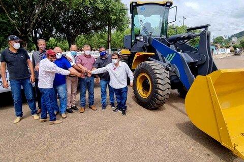 Deputado Lúcio Mosquini entrega máquina Pá Carregadeira e um caminhão 3/4 para o município de Governador Jorge Teixeira